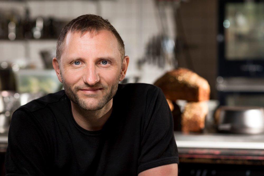 Brian Engberg Hansen, Køkkenleder og Produktudvikler Brian er madnørden over alle madnørder, og vi elsker ham for det! Han bager, steger, snitter, hakker og udvikler hele tiden nye lækre og smagfulde retter til gavn for os alle. Vi tør godt sige han også bager det mest fantastiske surdejsbrød. Brian er manden der arrangerer din fest, møde eller konference.