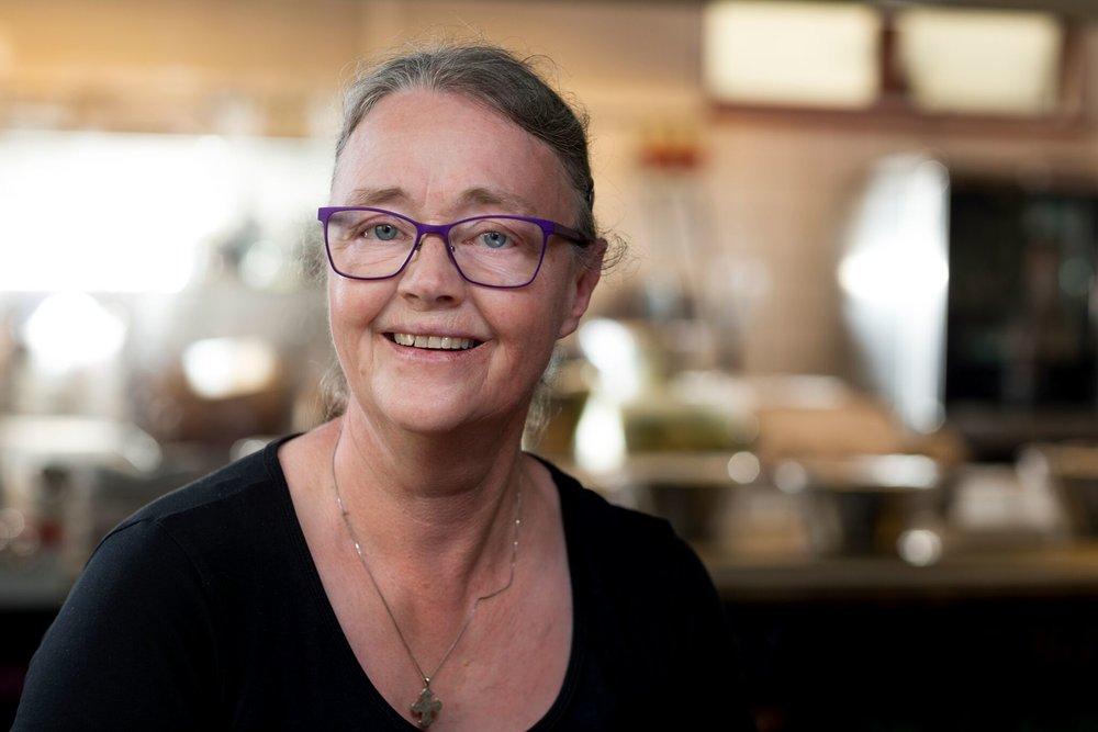 Kirsten Marie Dahn, Køkkenmedhjælper Styr på sagerne? Med et stort smil og i en vældig fart sørger Kirsten altid for at der er styr på det hele. Morgenbollerne, opdækning af borde, frokosten, aftenserveringen, rengøringen og klargøringen til din fest. Vi kan ikke bede om mere – hun er hurtig som lynet!