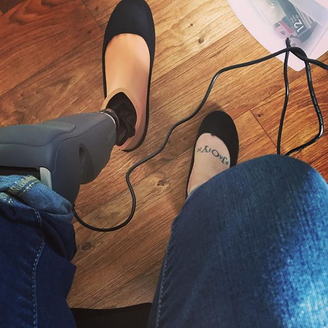 When you forget to plug in your leg last night to charge, you charge it while you're doing some work at your desk. 🤷🏻‍♀️ #amputeeproblems #noworries . . . . #amputee #amputeegirl #oneleggedwoman #abovethekneeamputee