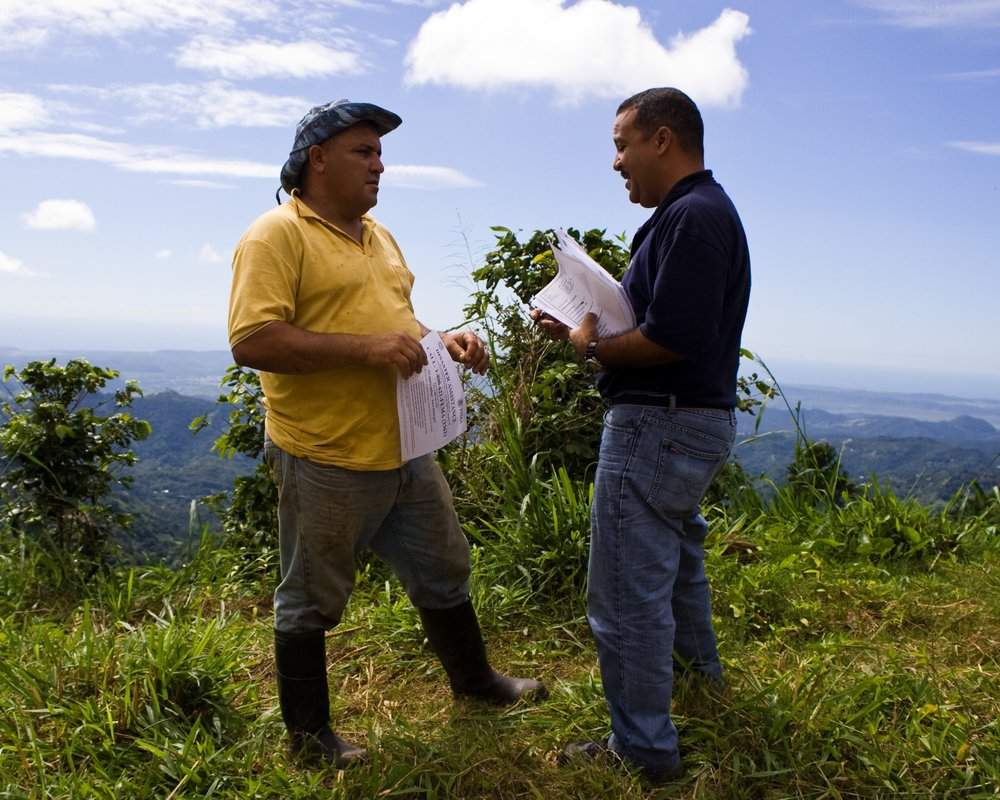 FEMA_-_39324_-_FEMA_Community_Relations_worker_speaks_with_a_resident_in_Puerto_Rico.jpg
