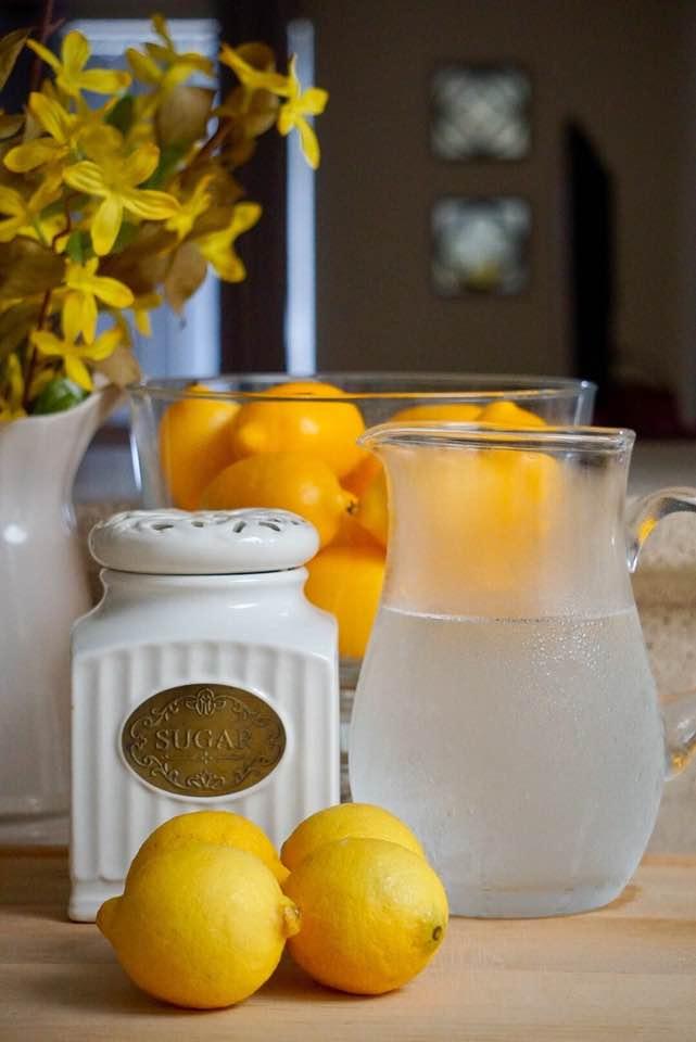 Todos sabemos que hacer una limonada es sumamente sencilla, hoy yo la hice muy tradicional y utilice:  - 5 Limones - 1 Litro de agua fria - Azucar morena (puede usar miel si lo desea)