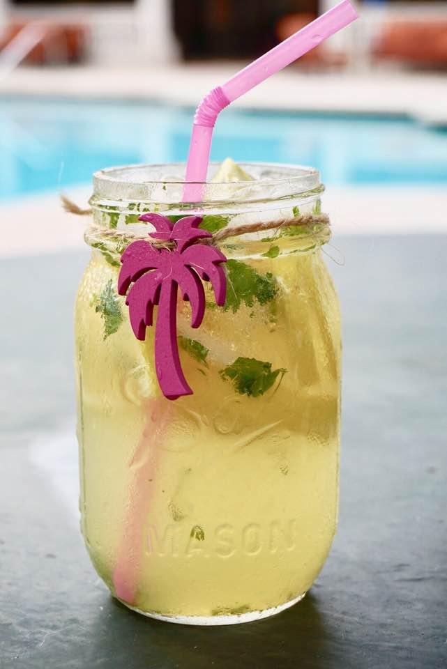 Y... Voila! La ligera y refrescante Limonada de Cilantro esta lista! No olvides ponerle rodajas de limon para presentarla!Bastante fria disfrute dos jarritas (MASON JARS) Disfruta el verano! Me acorde tanto del dicho de mi madre jajj!