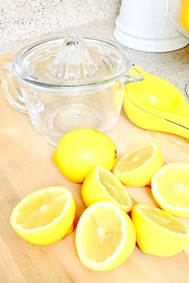 Asegurese de extraer las semillas de los limones para que la limonada no se sienta amarga