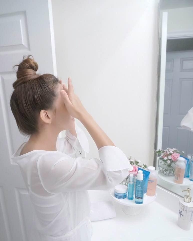 1. Limpiar cara y cuello usando el gel hidratante limpiador, para eliminar impurezas. - 1. Clean your face and neck with hydrating cleansing gel for remove make up and impurities