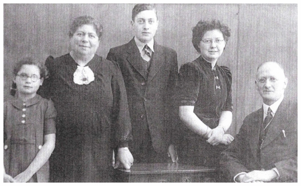 Vomberg family portrait. Meta - 2nd from right. c. 1942
