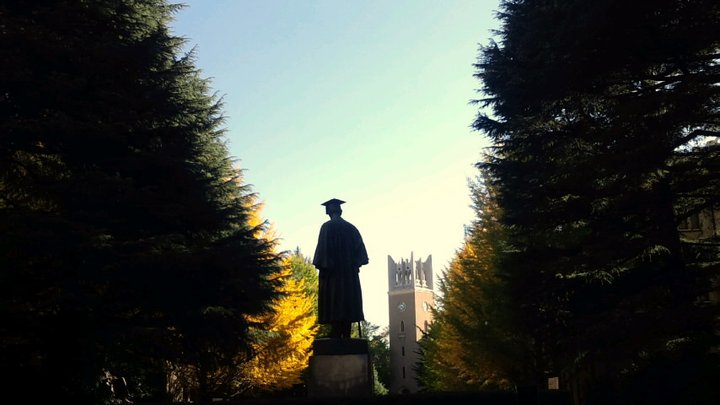 Discover your place at Waseda University. (Photo: Statue of Okuma Shigenobu and Okuma Auditorium in the background)