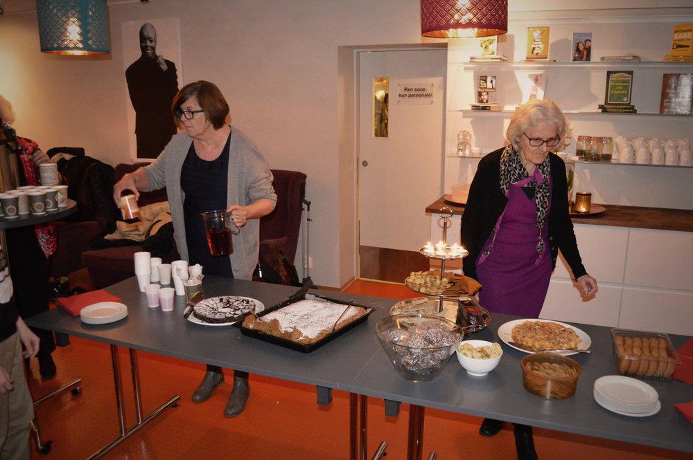Lukas erklærte kakefesten for åpen, kaker og kos til alle! Takk til alle som hjalp til.