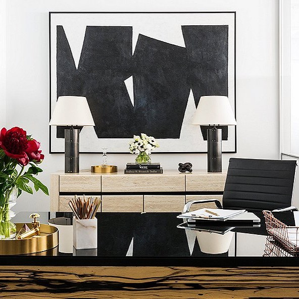 Serious office lust over at @mydomaine Just look at the wood grain on that desk! 🖤 // design by @onekingslane