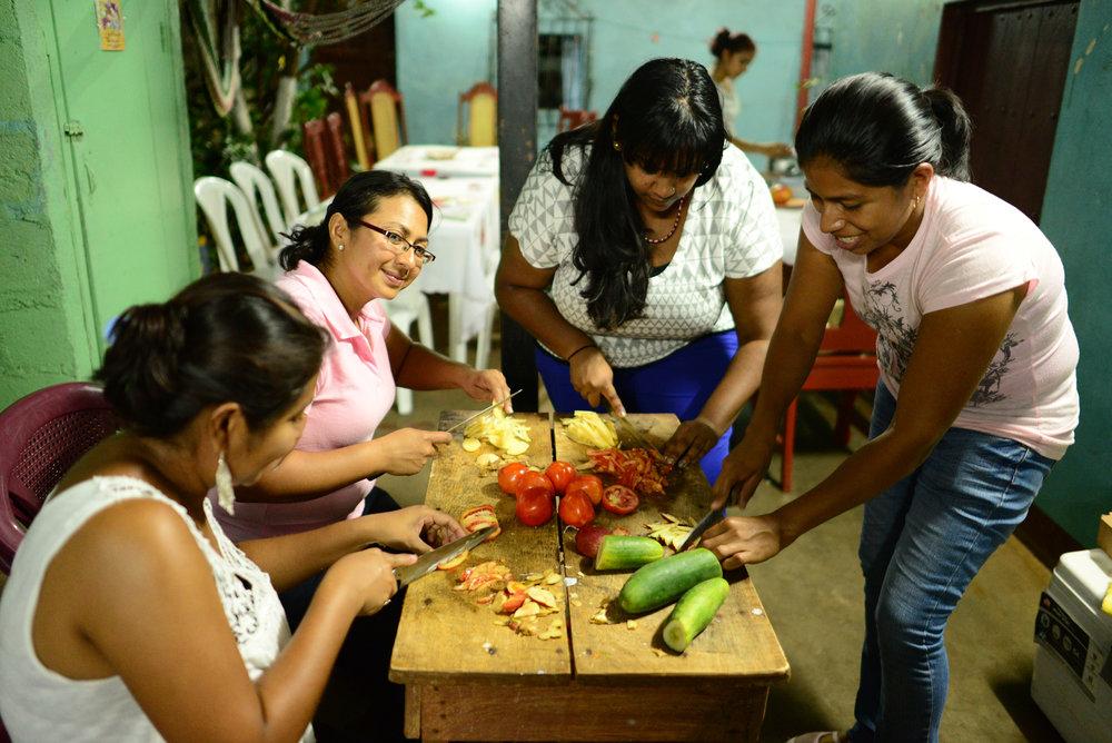 pt-nica_cooking-dinner-at-corinas-house-with-the-las-tias-staff_s_8665328959_o.jpg