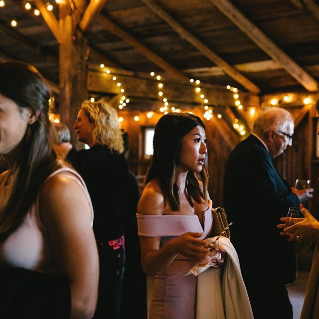 Cocktail Time 📷 @francesbeattyphoto . . . . . #sequelinncreemore #wedding #weddinginspiration #barn #barnwedding #barnvenue #ontariobarnvenues #creemore #collingwood #toronto #weddingceremony #weddingbarn #farmwedding #barnweddingvenue #weddingfloral #fallweddings #bar #wine #cocktailtime