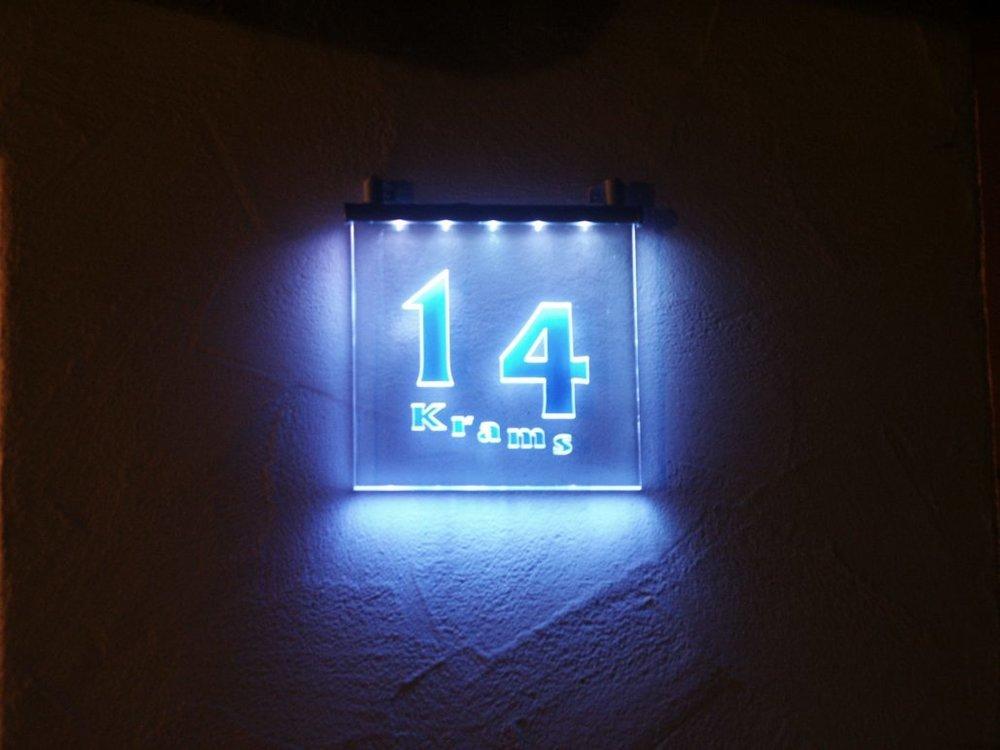 beleuchtetes-Schild-aus-Plexiglas_1-1030x773.jpg