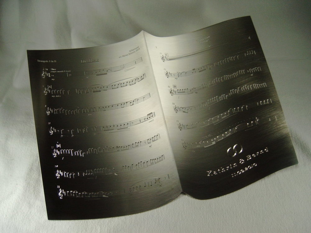 diamantgravur-auf-notenblatt-aus-edelstahl-1030x773.jpg