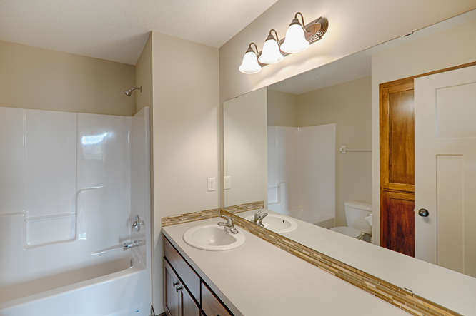 8644 Eisele Ave NE Monticello-small-018-18-Main Bathroom-666x443-72dpi.jpg