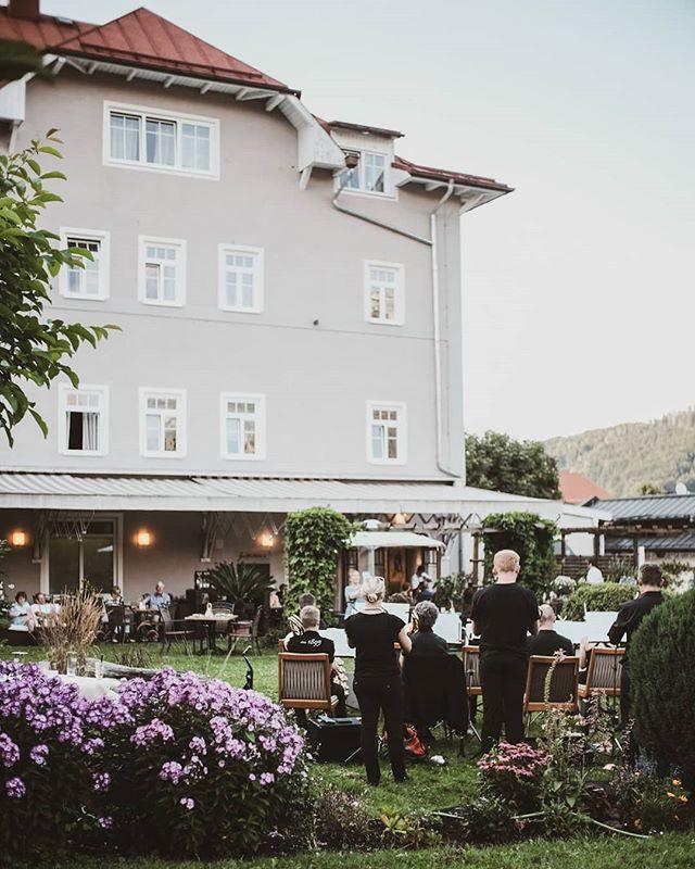Die Red Button Big Band zu Besuch in Gillitzer's Restaurant - Livemusik im grünen Idyll mitten in Ruhpolding  Was ein wunderbarer Abend!  #travel #bavaria #bayern #chiemgau #munich #traunstein #salzburg #ruhpolding #alps #alpen #restaurant #bar #garden #design #cosy #room #delicious #food #great #drinks #lovely #interior #alpenhotel #wittelsbach #gillitzers #barsifal