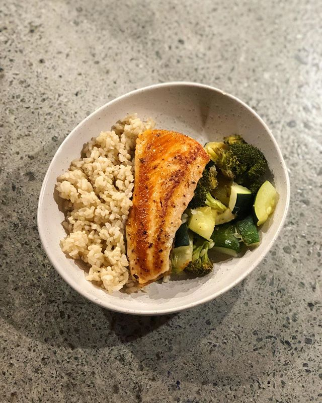 Dinner last night. Protein/fat from salmon, carbohydrate from brown rice and then a tray of roasted broccoli and zucchini for non-starch vegetables. Nothing fancy but an example of how the plate model could look! 🙌🏽