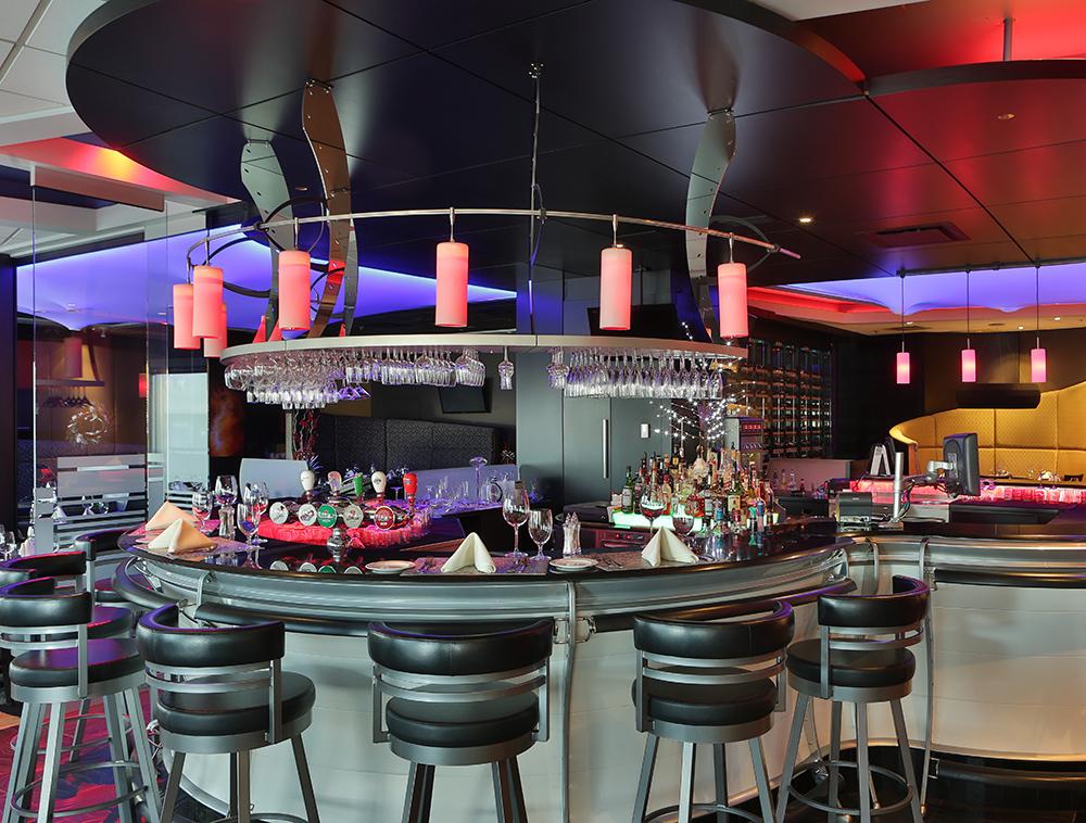 RESTO LOUNGE - Seul, en couple ou entre amis, le restaurant Viva est l'endroit idéal afin de planifier une belle soirée.L'ambiance lounge vous laissera sans mot!