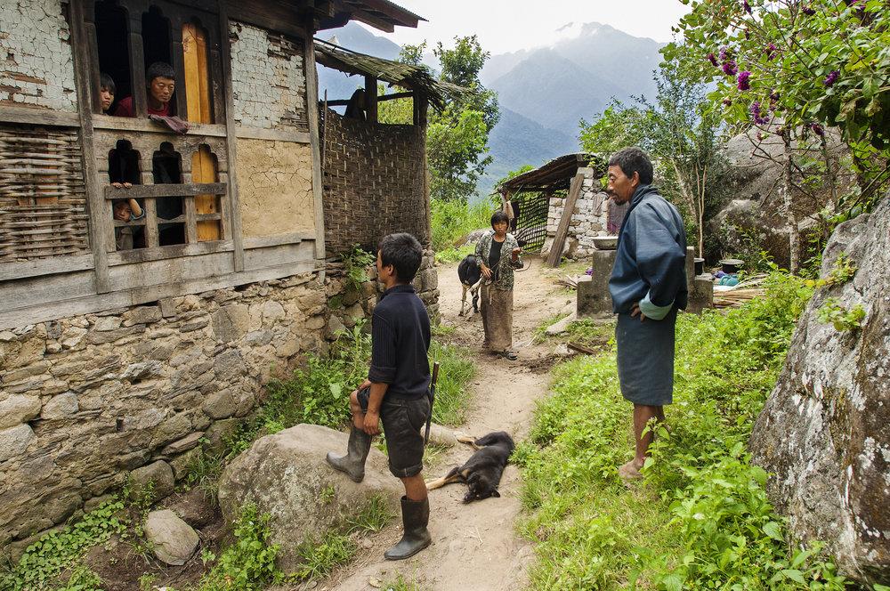 Web_Bhutan_Farmer in Trongsa chating with neighbors_BHU8643.jpg