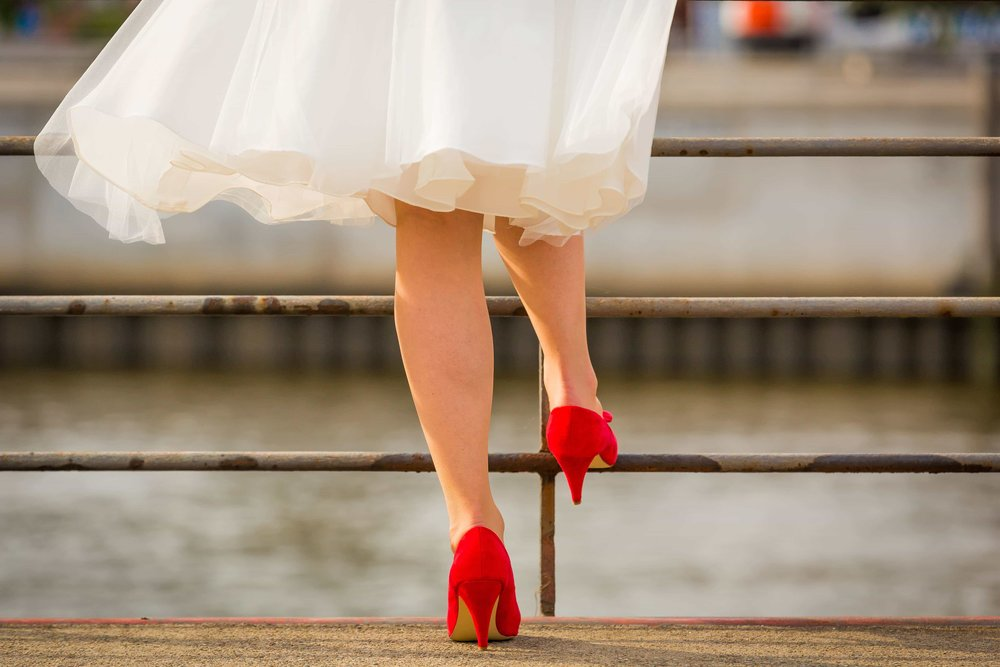 Bride trendsetter in bright red shoes