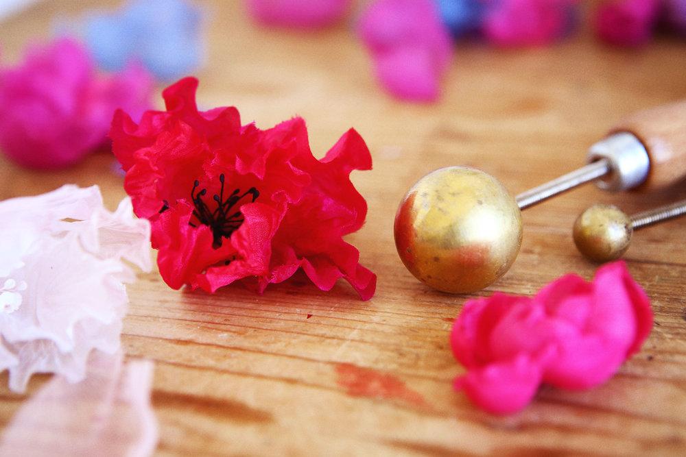 Découper des pétales, les teindre en camaïeu puis les gaufrer en observant la soie se bomber. Teinter les pistils puis monter les fleurs... -