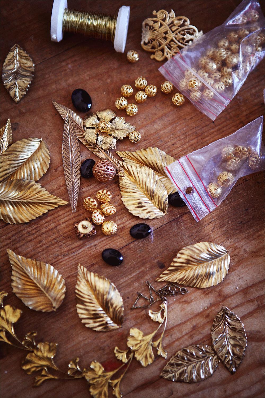 Patiner des estampes en laiton, placer des cristaux et des perles. -