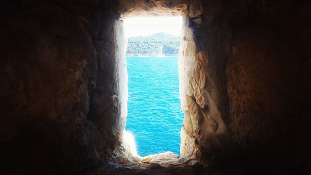 Do you sea what I sea? 👀 • • • #Travel #traveling #travelgram #travelphoto #photography #postoftheday #engage #Adventure #Explore #Pilgrim #pilgrimage #Catholic #youngadult  #beautiful #wonderlust #instatravel #instadaily #travelphotography #croatia #dubrovnick #ragusa #adriatic #sea #medievalwalls #fortress #peakhole #gameofthrones #islandliving