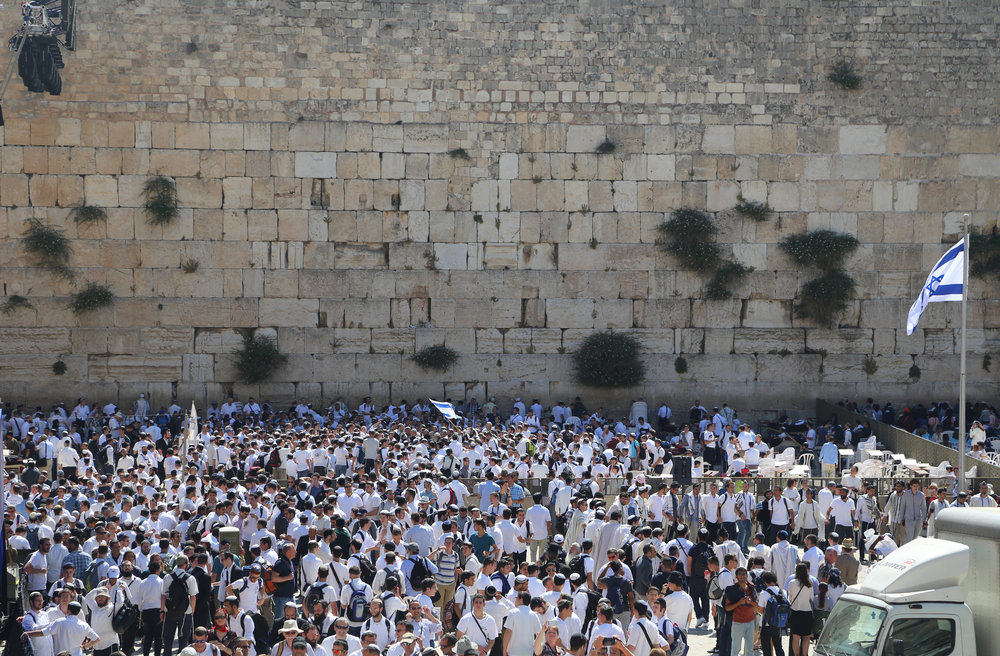 Massive crowds in front of Western Wall on Jerusalem Day