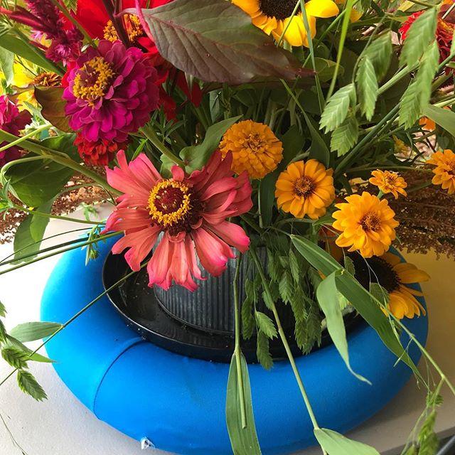A poolside floral from our friend Toni @roadsideblooms_shop @roadsideblooms from the Bloom Battle celebrating American Flowers Week #americanflowersweek #americangrownflowers #slowflowers #slowflowerscharleston #charlestonlocalgrown