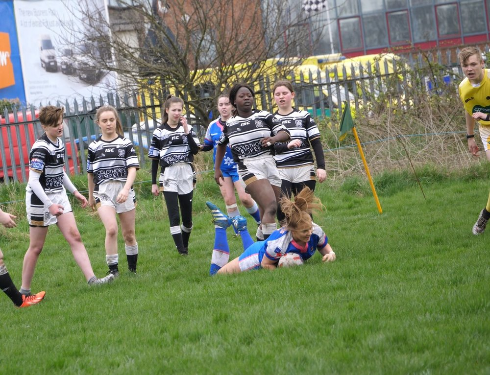 Lucy Murray scoring a try against Hull FC