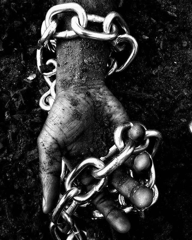 De nos jours, quelque part en Libye #🇱🇾 et ailleurs dans le monde, des hommes sont privés de liberté... Est-ce ça la condition humaine ?  #LibyanSlaveTrade