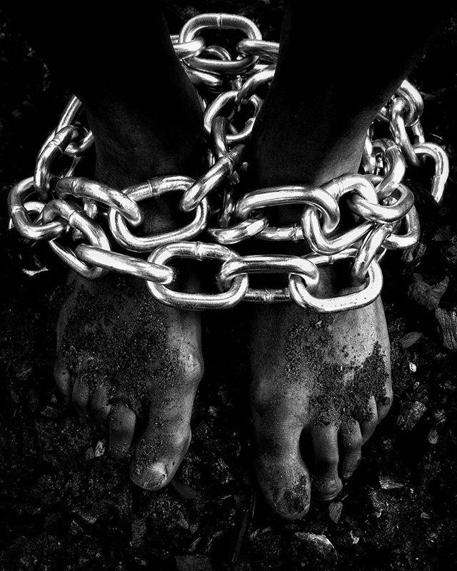 Les entraves n'arrêteront pas la force de nos pas. Ni nos empreintes au milieu de cet amas. Entre perte et fracas, notre sillon nous traçons.  Et si de loin nous venons, aussi loin nous irons. Tandis qu'en chemin, de nos chaînes nous nous libérons.  #LibyanSlaveTrade #BlackLivesMatter #HumanTrafficking