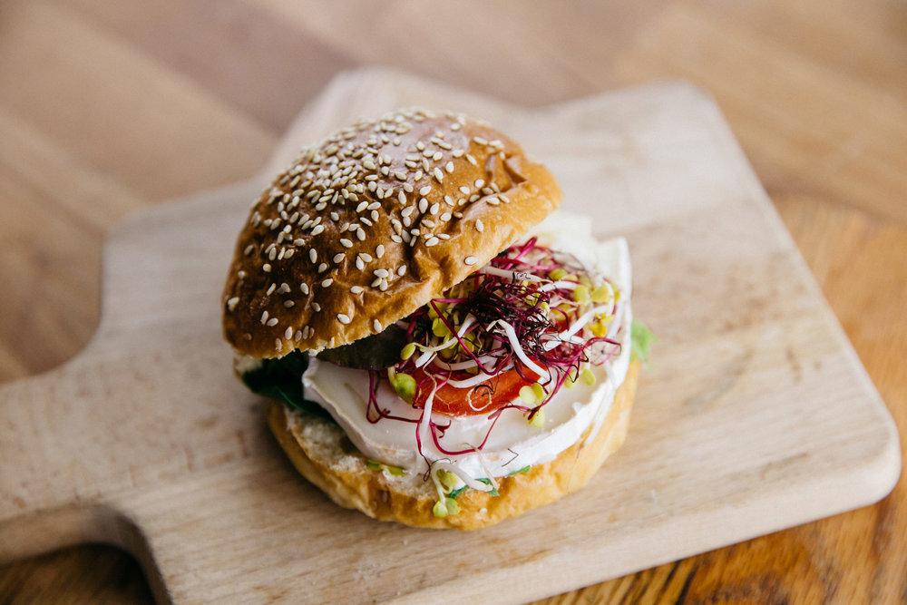 Sesam Burger Bun mit Ziegenkäse und Tomate