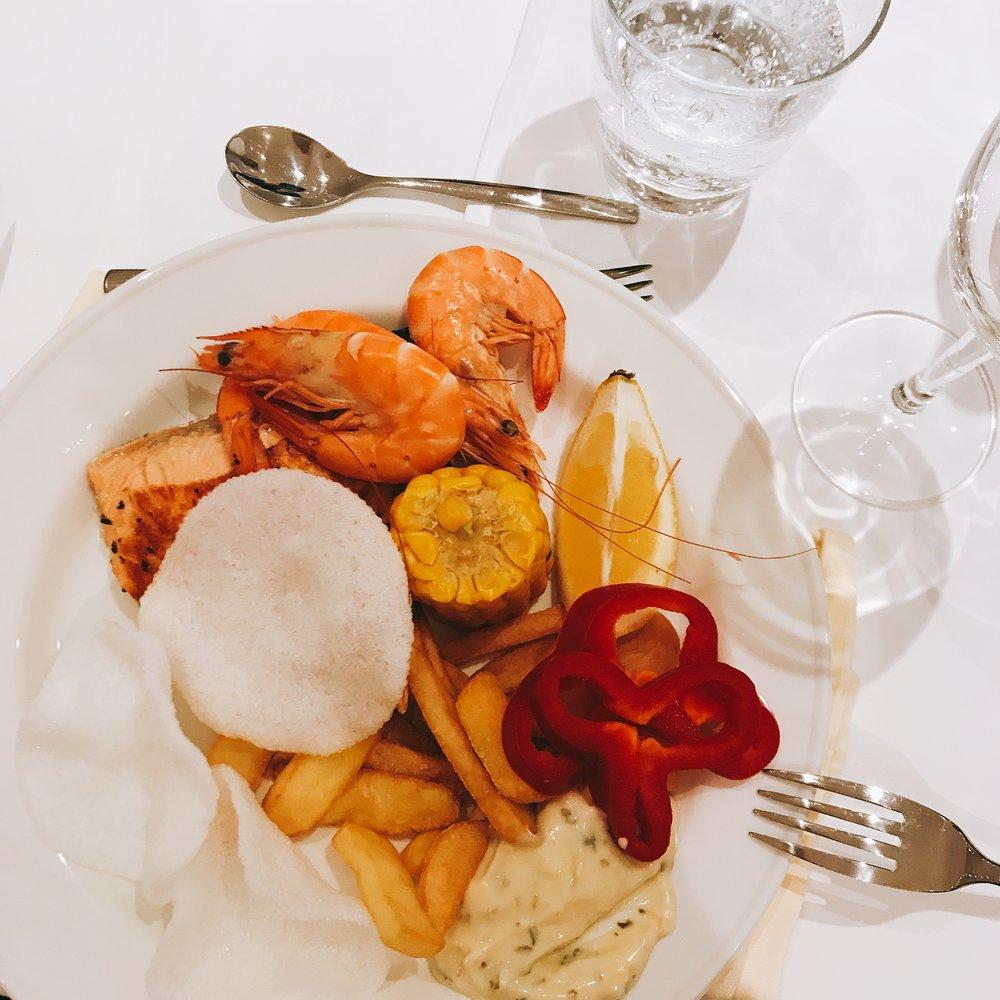 Tisdagens   middag : Fiskchips, potatisklyftor, jätteräkor, majskolv, lax, paprika och en god sås till! Mums 😍