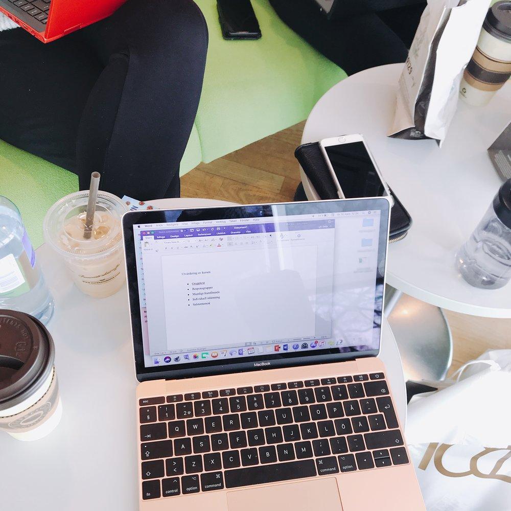 Chai-latte, laptop och mat. Allt man behöver för plugg!