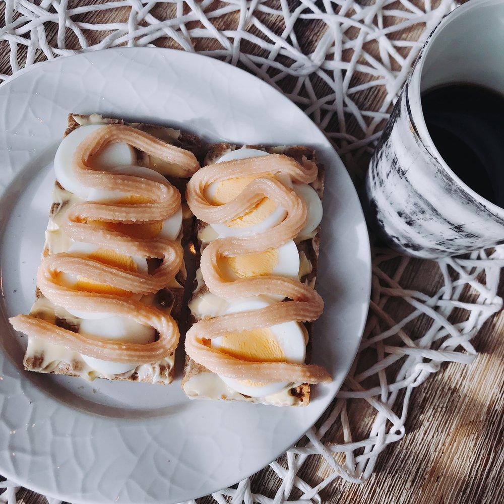 Knäckebröd med ägg och kaviar, och så klart dagens viktigaste kopp kaffe! 👌