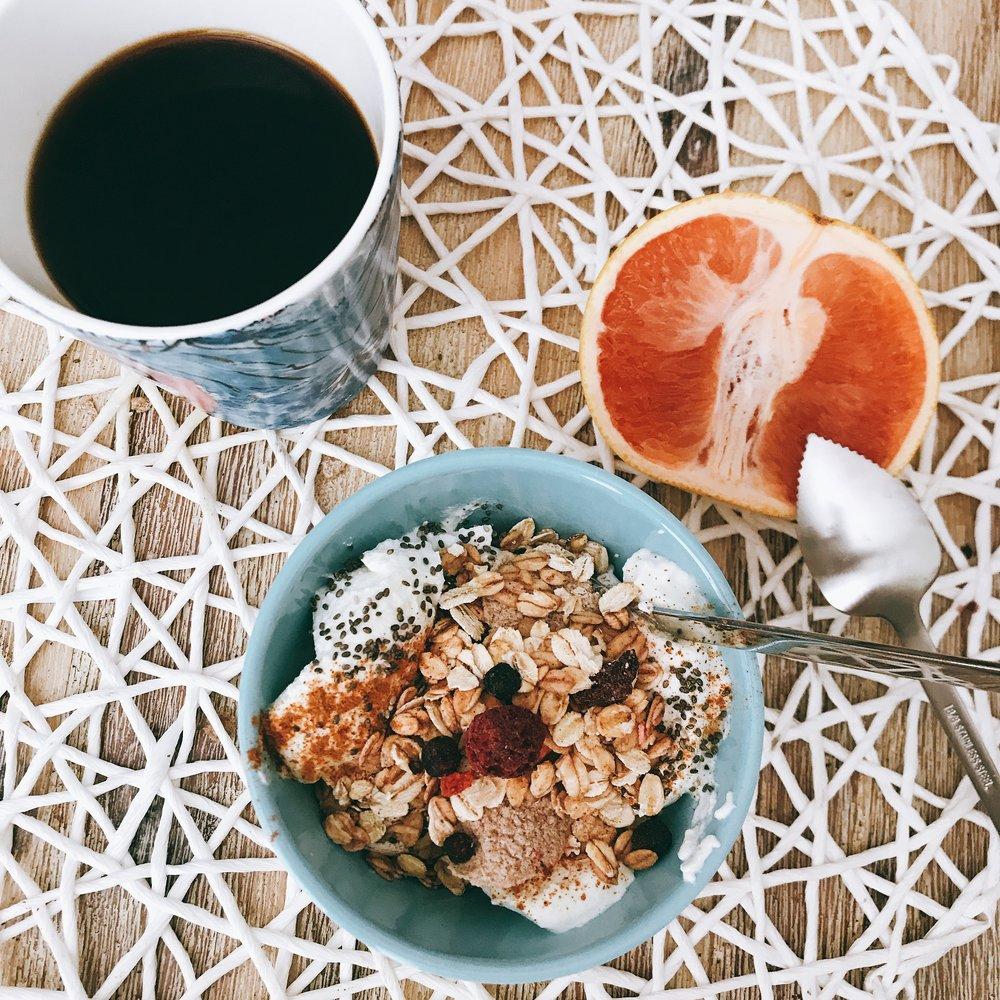Första koppen kaffe, en halv grapefrukt och grekisk yoghurt med ekologiska chiafrön,kanel och MyMüsli som topping.