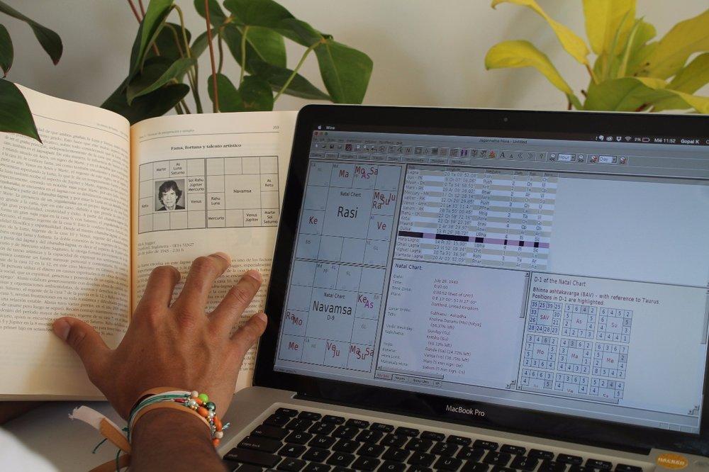 CURSO ONLINE DE JYOTISH VIDYA    En nuestros cursos aprendes cómo utilizar un software gratuito para calcular la carta astral, además de las técnicas tradicionales de interpretación del Jyotish, utilizando como ejemplos cartas de personajes famosos y casos diversos en los que se ponen en práctica las fórmulas que se enseñan.