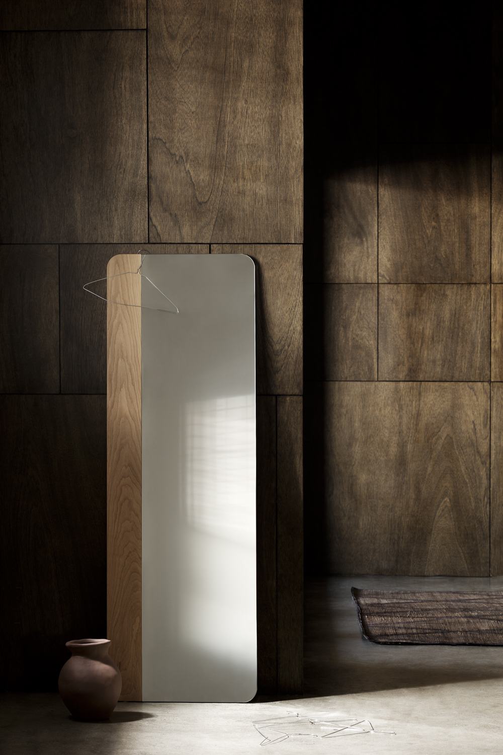 Narcisse mirror. Sleek lines and a minimalist and soft look.