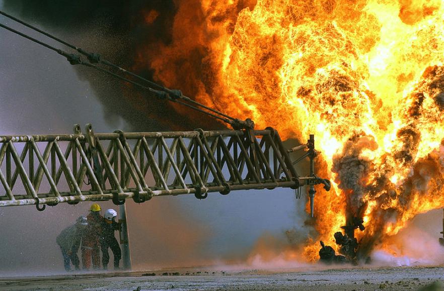 Durante los primeros meses de 1991, fuerzas iraquíes encendieron fuego a cientos de pozos petroleros en Kuwait en respuesta a la intervención de las fuerzas de la Coalición de la Guerra del Golfo. Los incendios petroleros de Kuwait fueron totalmente controlados en noviembre del mismo año. La invasión de Irak a Kuwait fue motivada por conflictos petroleros. http://bit.ly/VQfsAx