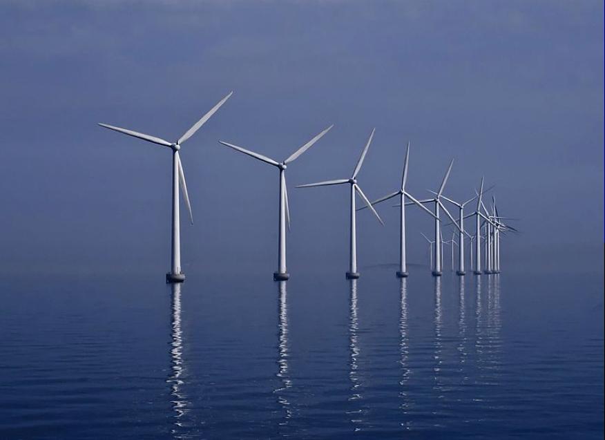 La granja de viento de Middelgrunden en Dinamarca es una parte de los esfuerzos de este país por volverse energéticamente sustentable en el corto plazo. Imagen por Kim Hansen. Procesada digitalmente por Richard Bartz y Kim Hansen. (http://creativecommons.org/licenses/by-sa/3.0).