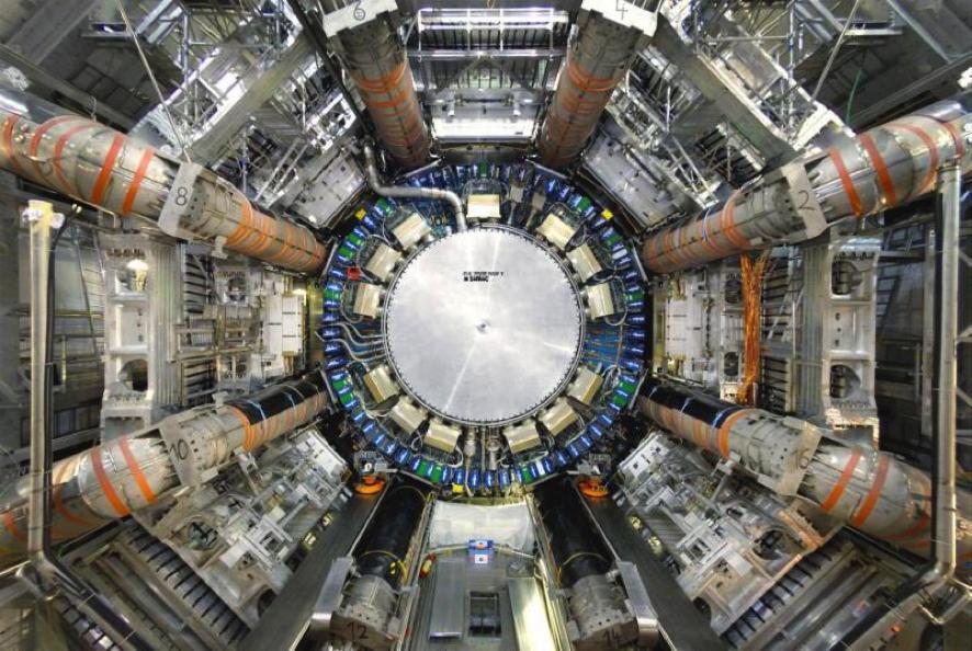 ATLAS. Uno de los detectores multipropósito del Gran Colisionador de Hadrones. Lleva a cabo un amplio rango de labores, desde la búsqueda del bosón de Higgs y extra dimensiones, hasta la detección de partículas generadoras de materia obscura. ATLAS Experiment © 2014 CERN.