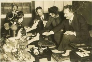 """Einstein a punto de beber """"sake"""", bebida alcohólica japonesa. (Fuente: Ver bibliografía)."""