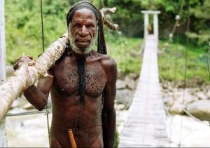 Un individuo Ndani, de Nueva Guinea del Oeste, en donde se dice que se encuentran las últimas comunidades de colectores-cazadores de nuestros tiempos (Wikimedia Commons).