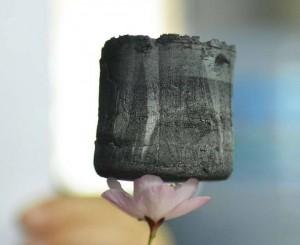 Un bloque de aerogel de grafeno descansa sobre los pétalos de una flor de cerezo. (libertaddigital.com)