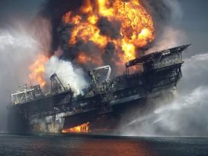 Las llamas consumen los últimos minutos de la plataforma petrolífera Deepwater Horizon. Tomada de The New York Times.