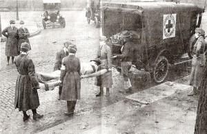 Trabajadores de la Cruz Roja trasladando a una víctima de la gripe española en St. Louis, Missouri, en Estados Unidos.