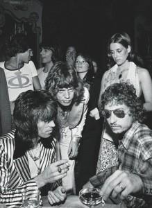 Mick Jagger, al centro, festejando su cumpleaños 29 acompañado de Keith Richards, Bob Dylan y gente desconocida.