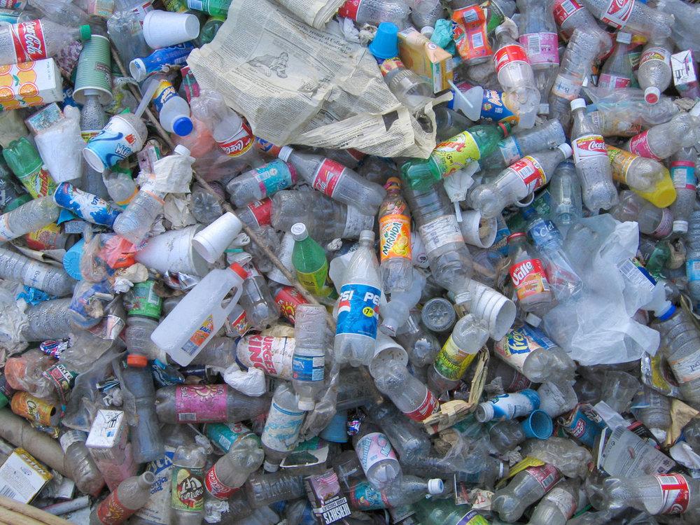 Botellas de PET se acumulan en basureros