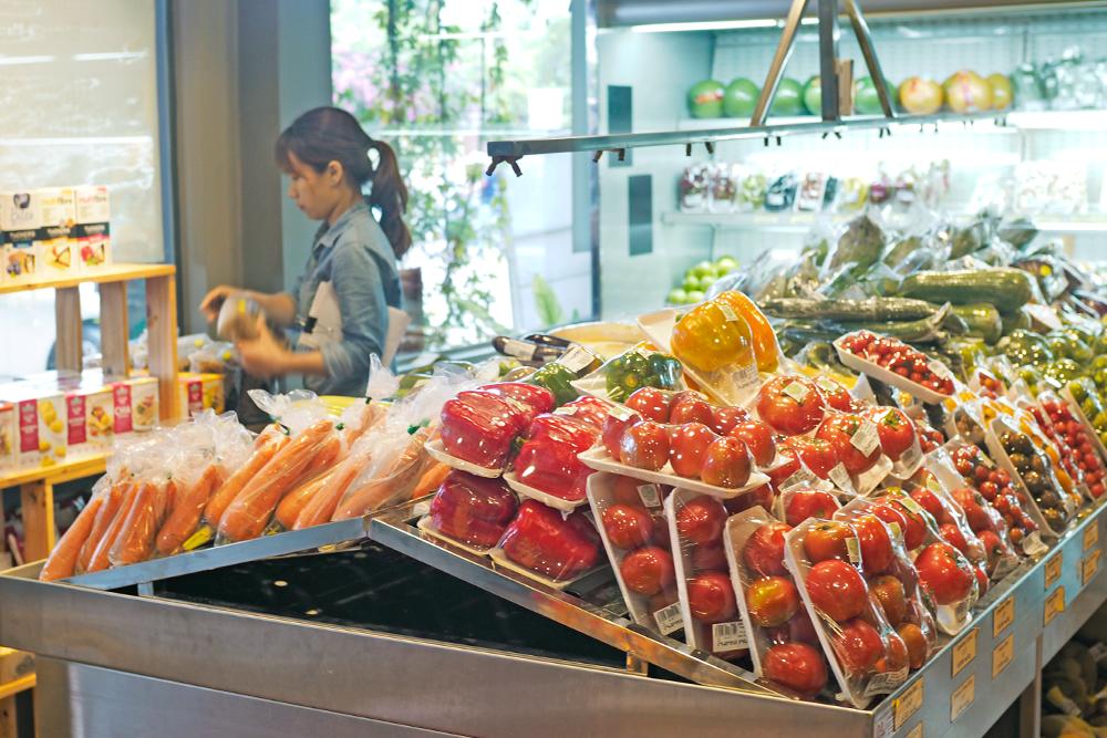 The Organik Shop có rất nhiều loại rau củ và trái cây hữu cơ đa dạng.