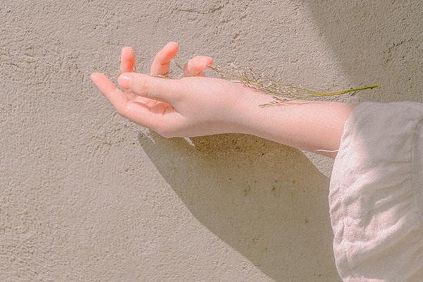 girl-hand-leaf-1248936.png