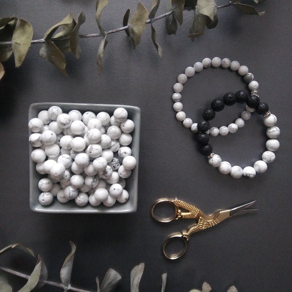 Aura bracelet in white Howlite and black Basalt